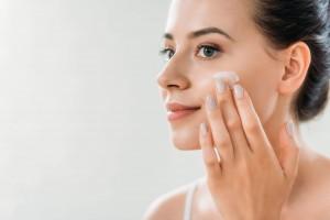 Approfitta dell'inverno per eliminare le macchie solari sul viso!